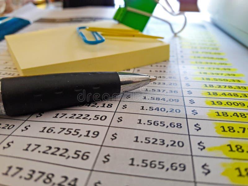 οικονομικό λευκό εκθέσεων πεννών oer διαγραμμάτων ανασκόπησης στοκ φωτογραφίες