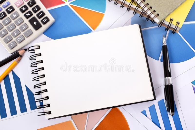 Οικονομικό υπόβαθρο με το κενό σημειωματάριο στοκ φωτογραφία με δικαίωμα ελεύθερης χρήσης