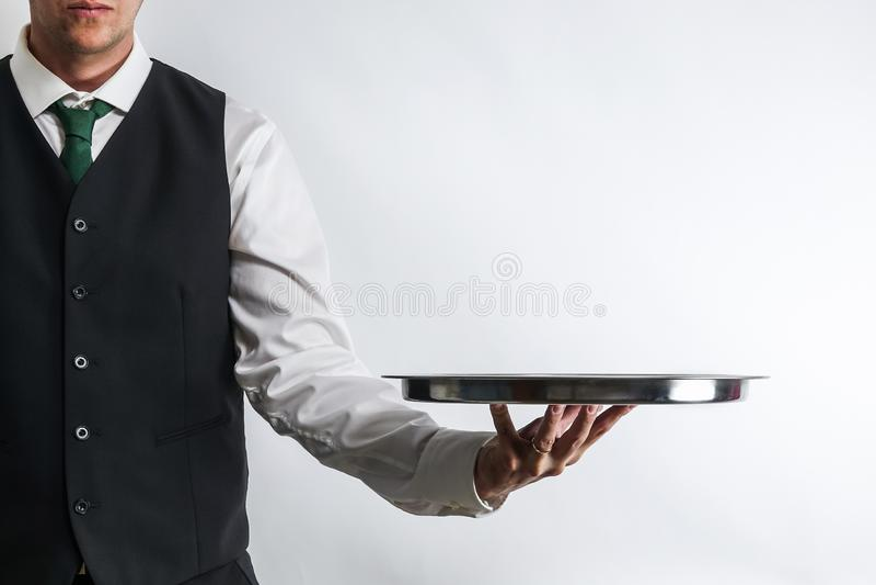 Οικονόμος/σερβιτόρος που φέρνει έναν κενό ασημένιο δίσκο στοκ φωτογραφίες με δικαίωμα ελεύθερης χρήσης