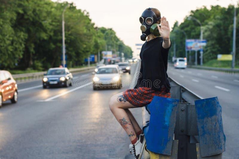 Οικολογική έννοια της μόλυνσης αέρα απομονωμένη γυναίκα ρύπανσης μασκών οικολογίας έννοιας αέριο στοκ φωτογραφίες