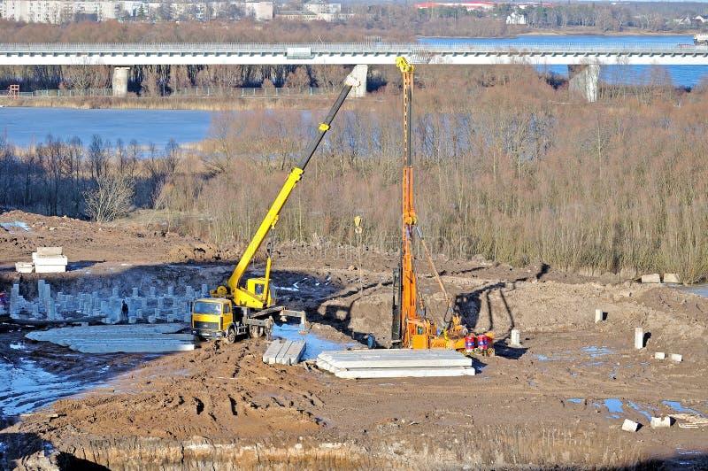 Οικοδομή στο εργοτάξιο - voew από το ύψος των λειτουργώντας μηχανών κατασκευής στοκ εικόνα με δικαίωμα ελεύθερης χρήσης