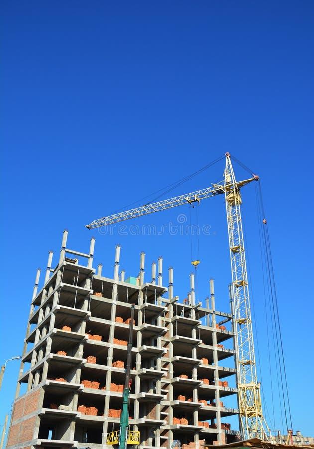 Οικοδομική Βιομηχανία με το γερανό, διάστημα αντιγράφων, υπόβαθρο ουρανού Καινούργιο σπίτι οικοδόμησης γερανών στο εργοτάξιο οικο στοκ φωτογραφία με δικαίωμα ελεύθερης χρήσης