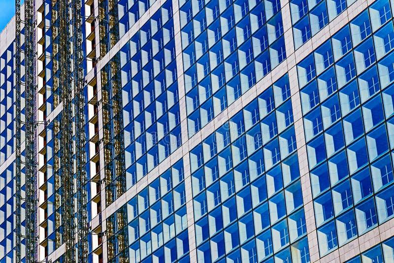 Download Οικοδόμηση κάτω από την κατασκευή με τα υλικά σκαλωσιάς Στοκ Εικόνες - εικόνα από εταιρικός, σύγχρονος: 62722086