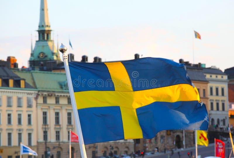Οικοδόμηση της πρόσοψης με τη σουηδική σημαία στοκ φωτογραφία