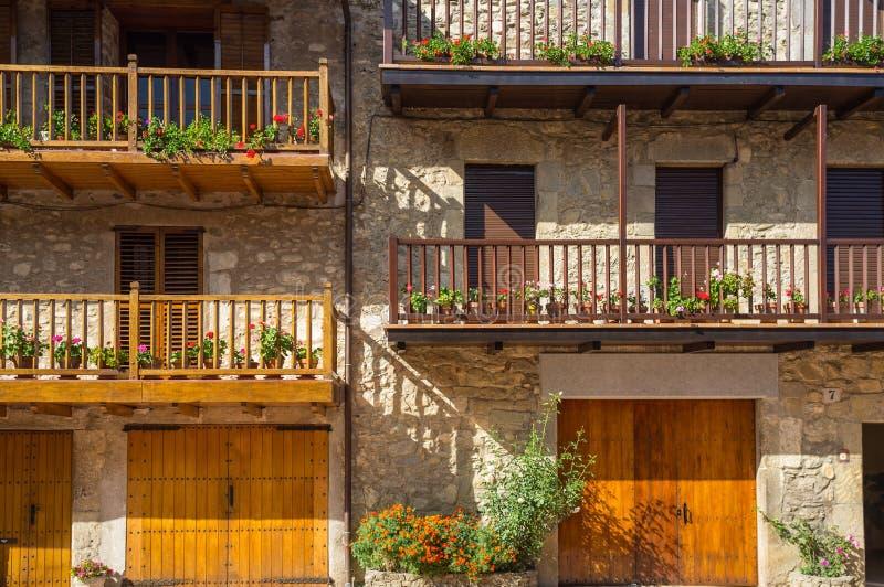 Μπαλκόνια με τα λουλούδια στοκ εικόνα με δικαίωμα ελεύθερης χρήσης