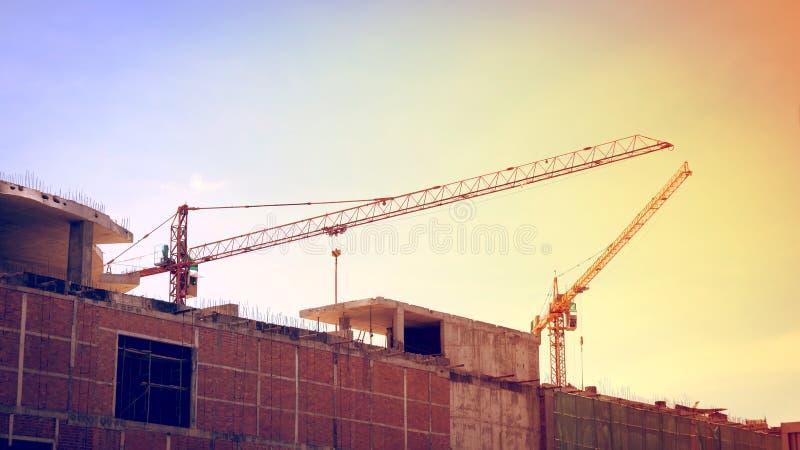 Οικοδόμηση του εργοτάξιου οικοδομής με τους μεγάλους γερανούς κατασκευής στοκ φωτογραφία