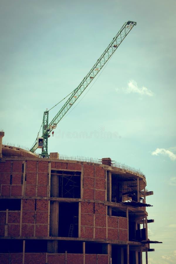 Οικοδόμηση του εργοτάξιου οικοδομής με το μεγάλο γερανό κατασκευής στοκ εικόνες