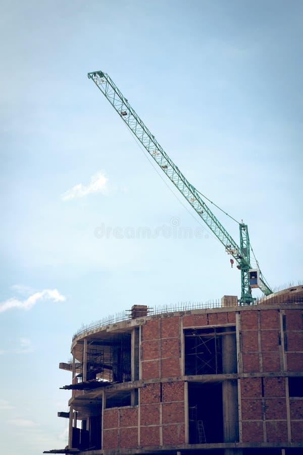 Οικοδόμηση του εργοτάξιου οικοδομής με το μεγάλο γερανό κατασκευής στοκ φωτογραφία με δικαίωμα ελεύθερης χρήσης