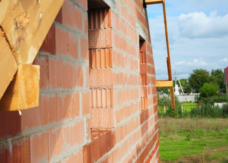 Οικοδόμηση του καινούργιου σπιτιού από τον κεραμικό τοίχο προσόψεων φραγμών με το πλαίσιο παραθύρων στοκ φωτογραφία με δικαίωμα ελεύθερης χρήσης