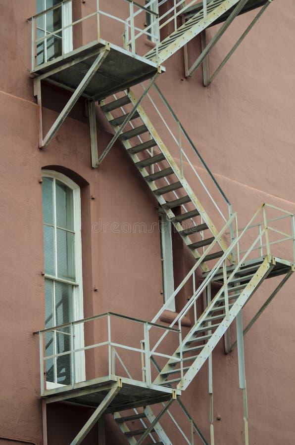 οικοδόμηση τούβλου κάτω από διαφυγών σύγχρονα σκαλοπάτια μετάλλων πυρκαγιάς τα κύρια στοκ φωτογραφίες