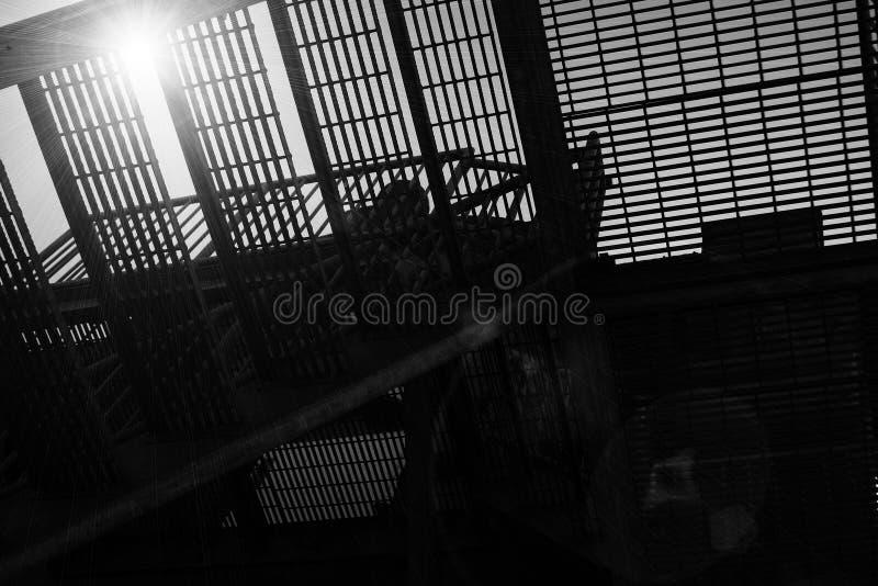 οικοδόμηση τούβλου κάτω από διαφυγών σύγχρονα σκαλοπάτια μετάλλων πυρκαγιάς τα κύρια στοκ φωτογραφία με δικαίωμα ελεύθερης χρήσης