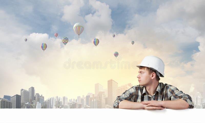 Οικοδόμος με τον πίνακα διαφημίσεων στοκ εικόνα με δικαίωμα ελεύθερης χρήσης
