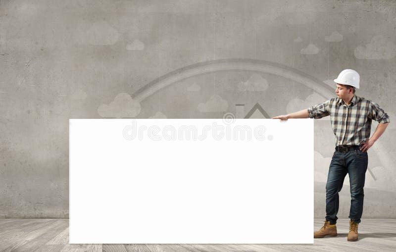 Οικοδόμος με τον πίνακα διαφημίσεων στοκ εικόνες με δικαίωμα ελεύθερης χρήσης