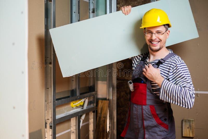 Οικοδόμος στο νέο εσωτερικό κτηρίου στοκ εικόνες με δικαίωμα ελεύθερης χρήσης