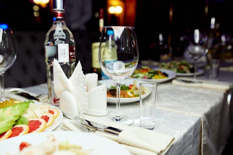 Οινόπνευμα και πρόχειρα φαγητά στον πίνακα στοκ φωτογραφίες