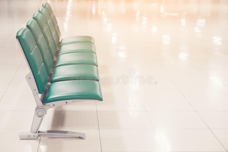 Οι άδειες θέσεις σε μια επιχείρηση ή τις καρέκλες είναι πράσινο δέρμα με το πόδι μετάλλων και κανένα armrests περιμένοντας την πε στοκ εικόνες