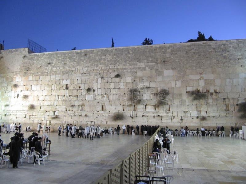 Οι άνδρες και οι γυναίκες προσεύχονται στο wailing τοίχο νωρίς το πρωί στην Ιερουσαλήμ στοκ εικόνες