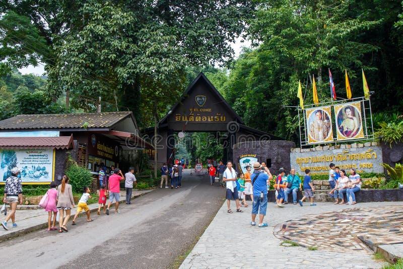 Οι άνθρωποι ή ο ταξιδιώτης με το εθνικό πάρκο καταρρακτών Phlio υπογράφουν σε Chanthaburi, Ταϊλάνδη στοκ εικόνες