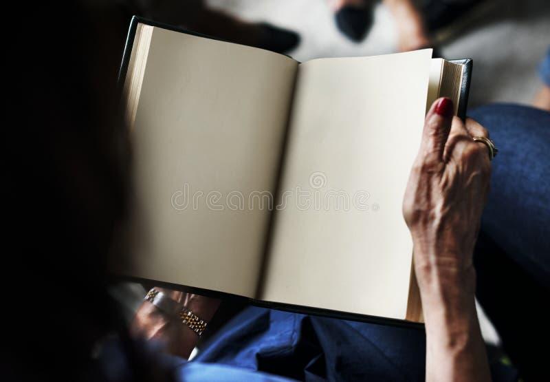 Οι άνθρωποι ανοίγουν ένα βιβλίο με την κενή σελίδα στοκ φωτογραφία με δικαίωμα ελεύθερης χρήσης