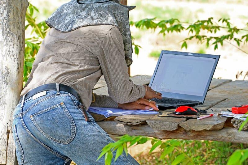 Οι άνθρωποι απασχολούνται στο έδαφος έρευνας στοκ εικόνες