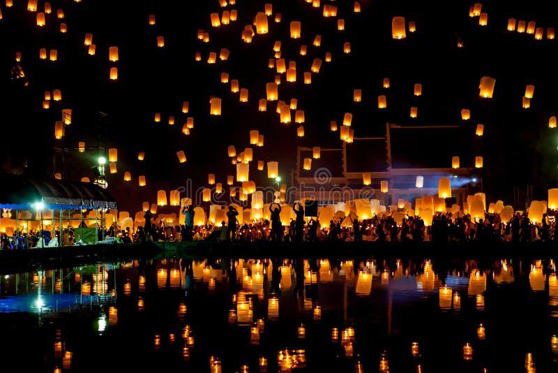 Οι άνθρωποι απελευθερώνουν τα φανάρια ουρανού για να πληρώσουν το σεβασμό στοκ φωτογραφία