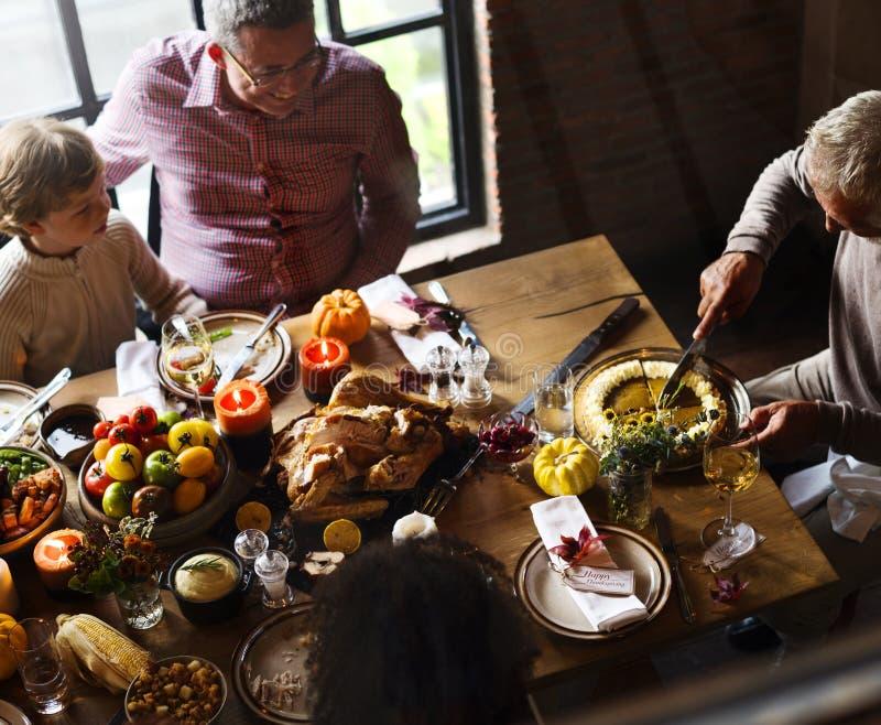 Οι άνθρωποι γιορτάζουν την ημέρα των ευχαριστιών στοκ εικόνα