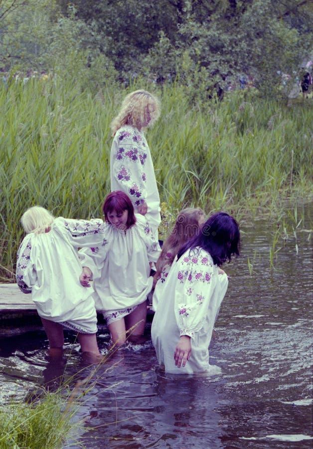 Οι άνθρωποι γιορτάζουν τις διακοπές Ivana Kupala στη φυσική φύση στοκ εικόνα