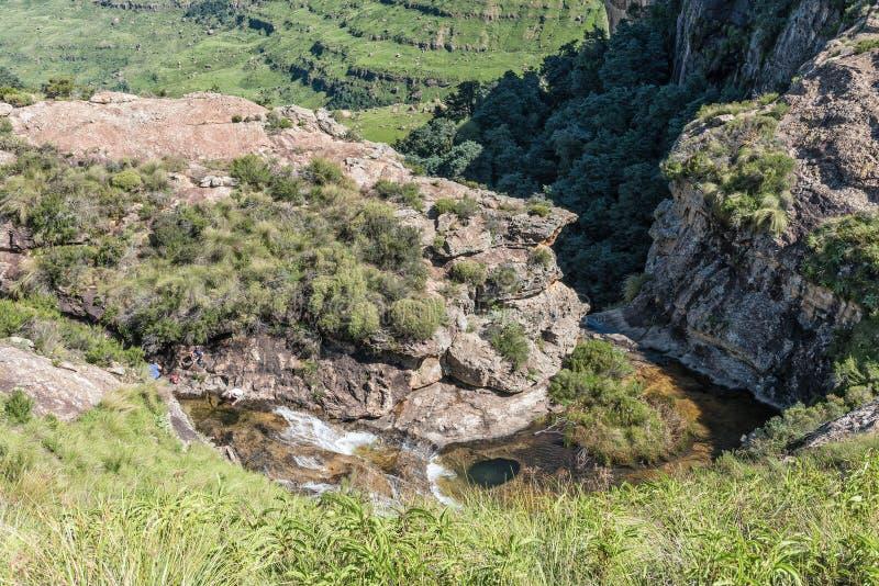 Οι άνθρωποι είναι ορατοί δίπλα στον ποταμό Gudu πάνω από τους καταρράκτες Gudu στοκ εικόνα με δικαίωμα ελεύθερης χρήσης
