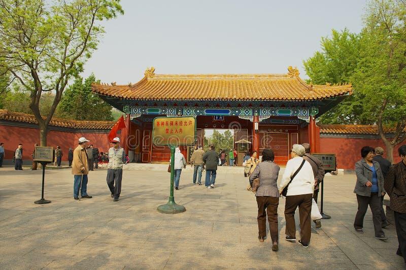 Οι άνθρωποι εισάγουν στην πύλη πάρκων Jingshan στο Πεκίνο, Κίνα στοκ εικόνα