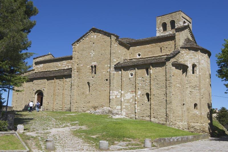 Οι άνθρωποι εισάγουν το μεσαιωνικό καθεδρικό ναό του SAN Leo στο SAN Leo, Ιταλία στοκ φωτογραφίες
