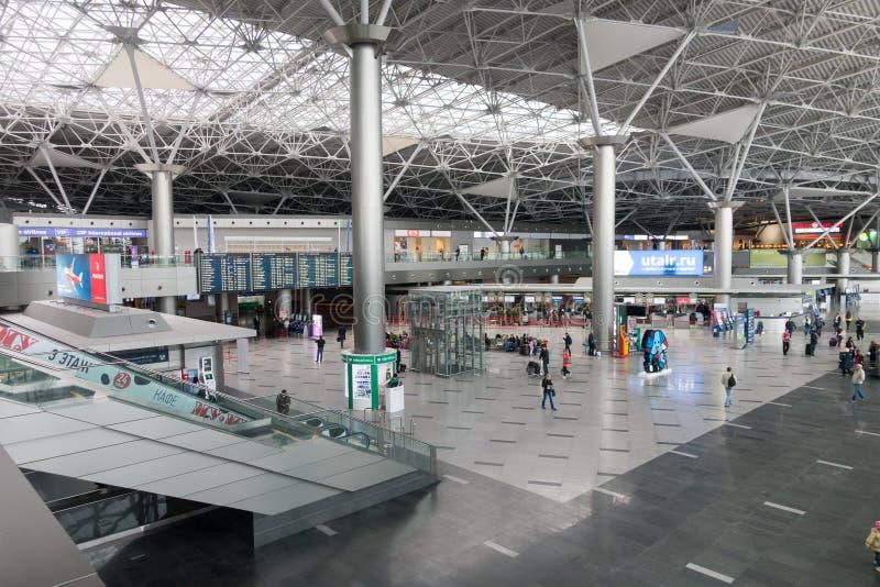 Οι άνθρωποι επισκέπτονται την αίθουσα αναχώρησης στο διεθνή αερολιμένα Schiphol στοκ φωτογραφίες