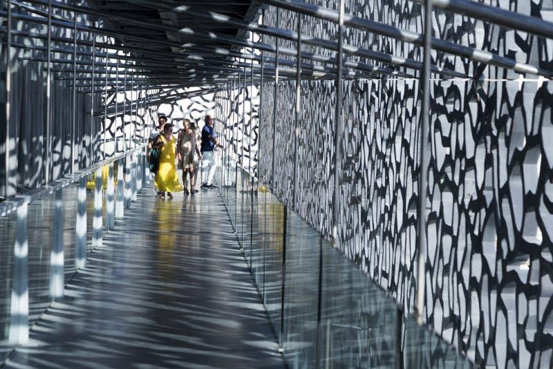 Οι άνθρωποι επισκέπτονται τη σύγχρονη οικοδόμηση του μουσείου ευρωπαϊκού και Medit στοκ εικόνα