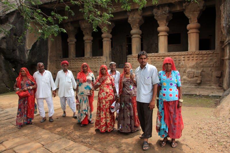 Οι άνθρωποι επισκέπτονται τις σπηλιές Pandu Leni στοκ εικόνα