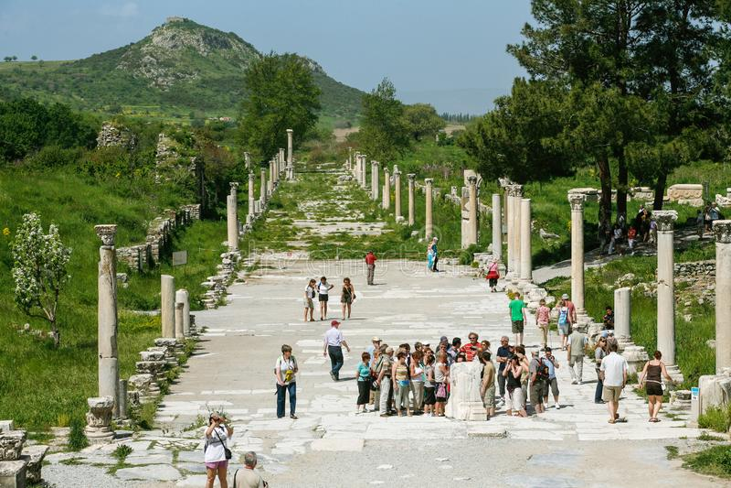 Οι άνθρωποι επισκέπτονται τον περίπατο κοντά στο αμφιθέατρο σε Ephesus Ancie στοκ φωτογραφίες