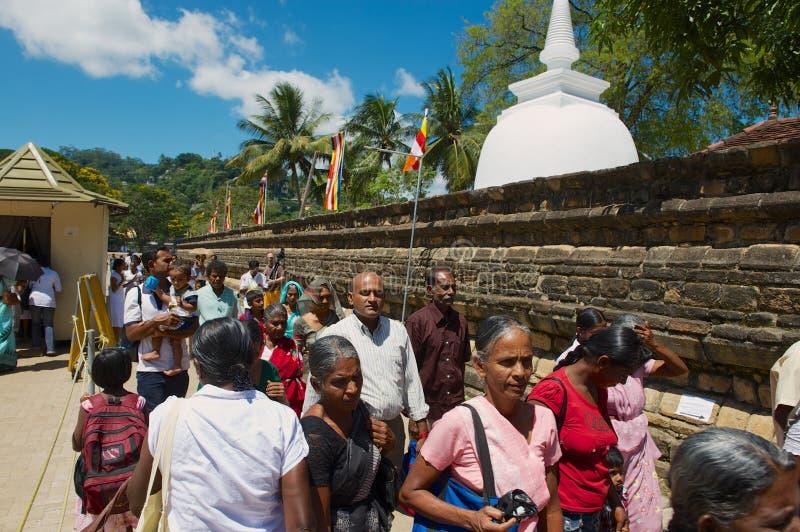 Οι άνθρωποι επισκέπτονται το ναό του δοντιού Sri Dalada Maligawa σε Kandy, Σρι Λάνκα στοκ εικόνα με δικαίωμα ελεύθερης χρήσης