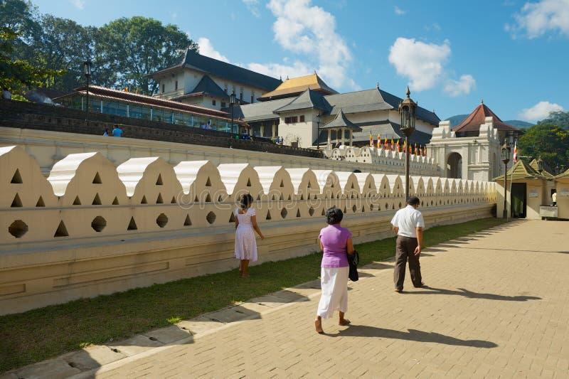 Οι άνθρωποι επισκέπτονται το ναό του δοντιού Sri Dalada Maligawa σε Kandy, Σρι Λάνκα στοκ εικόνες