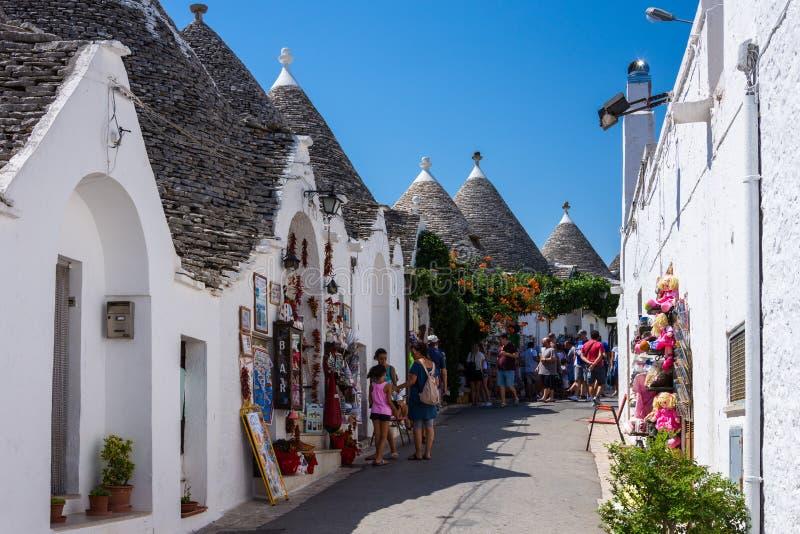 Οι άνθρωποι επισκέπτονται Alberobello, Ιταλία Alberobello και το hous trulli του στοκ φωτογραφία με δικαίωμα ελεύθερης χρήσης
