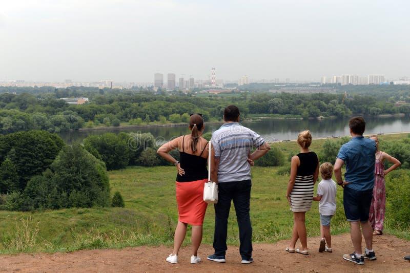 Οι άνθρωποι θαυμάζουν την άποψη πόλεων της Μόσχας από το πάρκο Kolomenskoye μια θερινή ημέρα στοκ φωτογραφία με δικαίωμα ελεύθερης χρήσης
