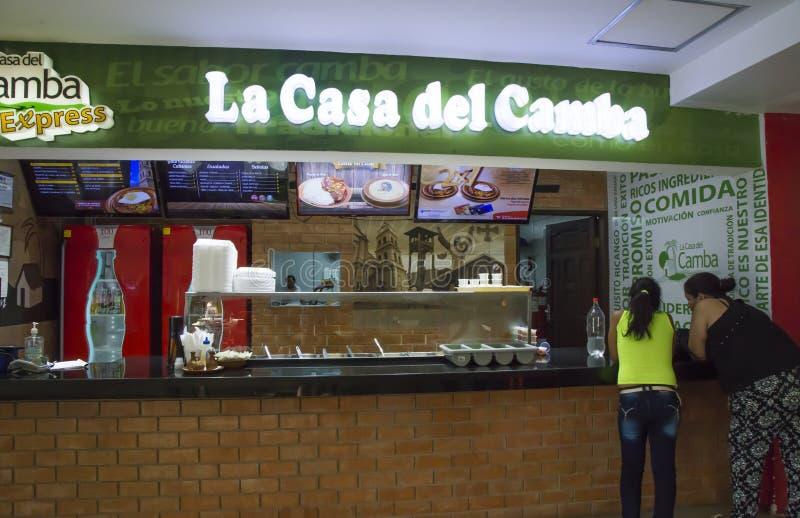 Οι άνθρωποι διατάζουν το μεσημεριανό γεύμα σε έναν καφέ γρήγορου φαγητού στη Βολιβία στοκ φωτογραφία με δικαίωμα ελεύθερης χρήσης