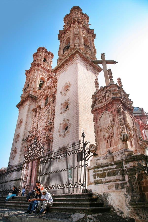 Οι άνθρωποι κάθονται στα σκαλοπάτια της εκκλησίας Santa Prisca που χτίζεται μεταξύ 175 στοκ φωτογραφία με δικαίωμα ελεύθερης χρήσης
