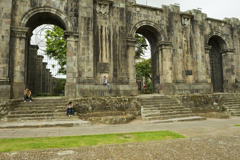 Οι άνθρωποι κάθονται στην είσοδο στις καταστροφές του καθεδρικού ναού του Σαντιάγο Apostol σε Cartago, Κόστα Ρίκα στοκ φωτογραφία με δικαίωμα ελεύθερης χρήσης