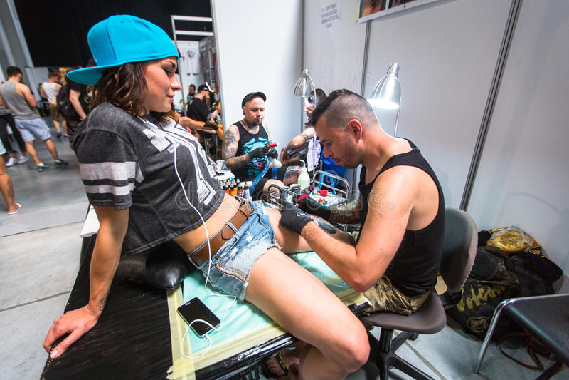 Οι άνθρωποι κάνουν τις δερματοστιξίες στη 10η διεθνή Συνθήκη δερματοστιξιών στο κέντρο συνέδριο-EXPO στοκ εικόνα με δικαίωμα ελεύθερης χρήσης