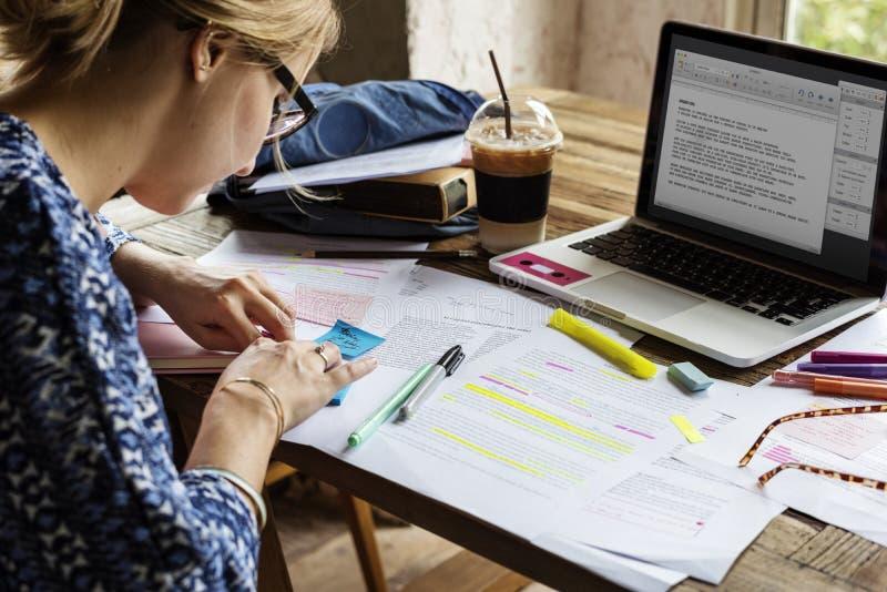 Οι άνθρωποι κολλεγίου μελετούν τις σημειώσεις διάλεξης ανάγνωσης εκμάθησης στοκ φωτογραφίες με δικαίωμα ελεύθερης χρήσης