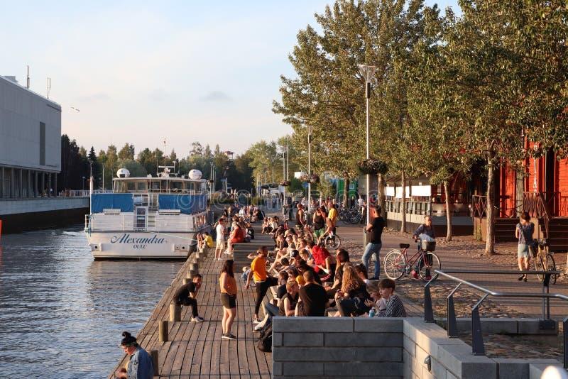 Οι άνθρωποι μαζεύονται θαλασσίως κατά τη διάρκεια του κύματος θερμότητας στοκ φωτογραφία με δικαίωμα ελεύθερης χρήσης
