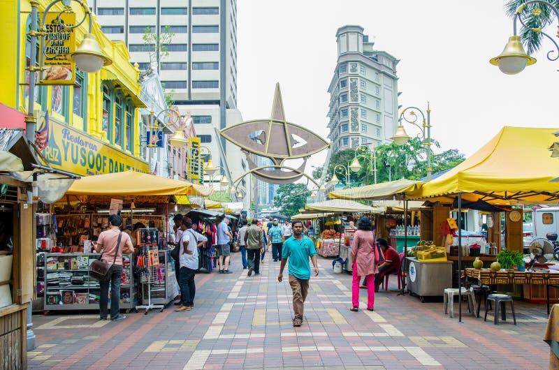 Οι άνθρωποι μπορούν βλέπω περπάτημα και αγορές γύρω από τον περίπατο Kasturi παράλληλα με την κεντρική αγορά, Κουάλα Λουμπούρ στοκ εικόνα με δικαίωμα ελεύθερης χρήσης