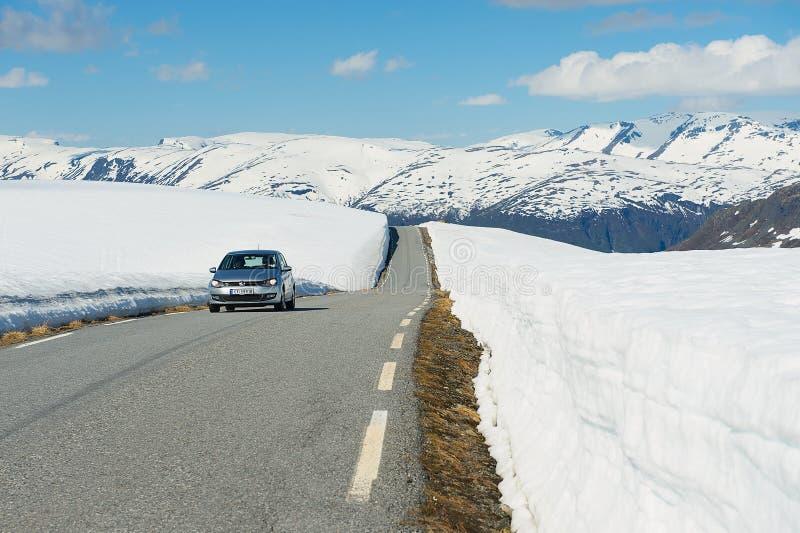 Οι άνθρωποι οδηγούν από το δρόμο βουνών Bjorgavegen μεταξύ Aurland και Laerdal σε Sogn og Fjordane, Νορβηγία στοκ εικόνα