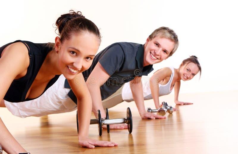 Οι άνθρωποι ομαδοποιούν να κάνουν τις ασκήσεις ικανότητας στοκ εικόνα με δικαίωμα ελεύθερης χρήσης