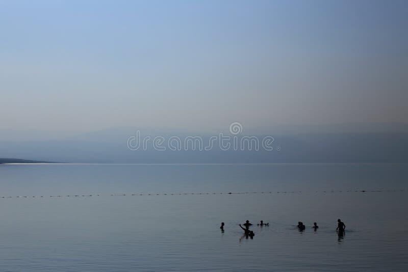 Οι άνθρωποι λούζουν στην υδρονέφωση πρωινού στοκ φωτογραφία
