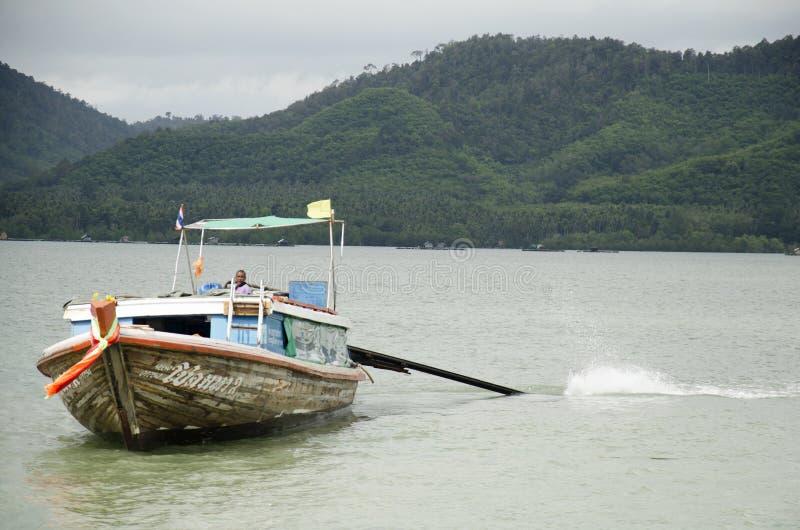 Οι άνθρωποι οδηγούν το ξύλινο σκάφος και την πρόσδεση Koh στο λιμάνι Yao Noi για το s στοκ εικόνες
