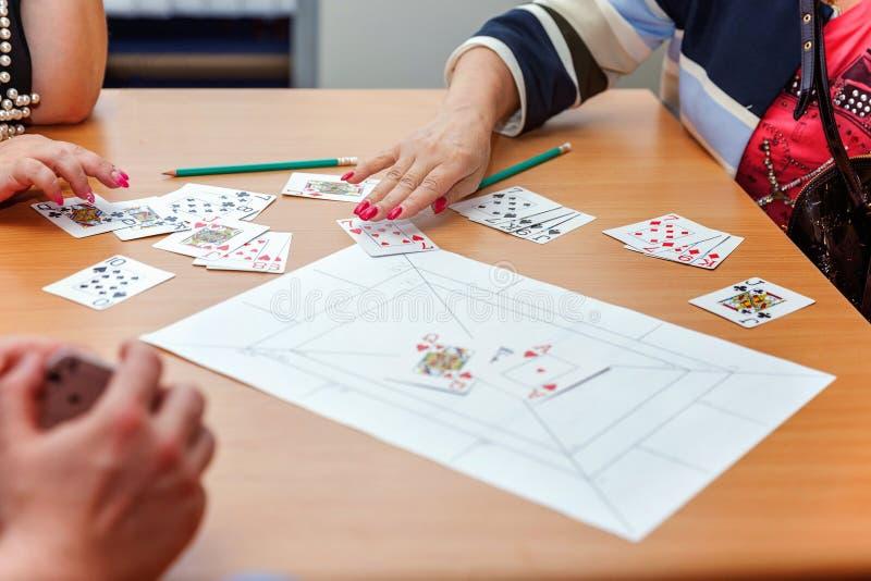 Οι άνθρωποι παίζουν τις κάρτες στοκ φωτογραφία με δικαίωμα ελεύθερης χρήσης